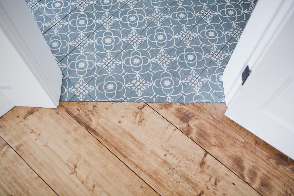 parquets stratifiés, vinyles, moquettes mélange sols parquet carrelage